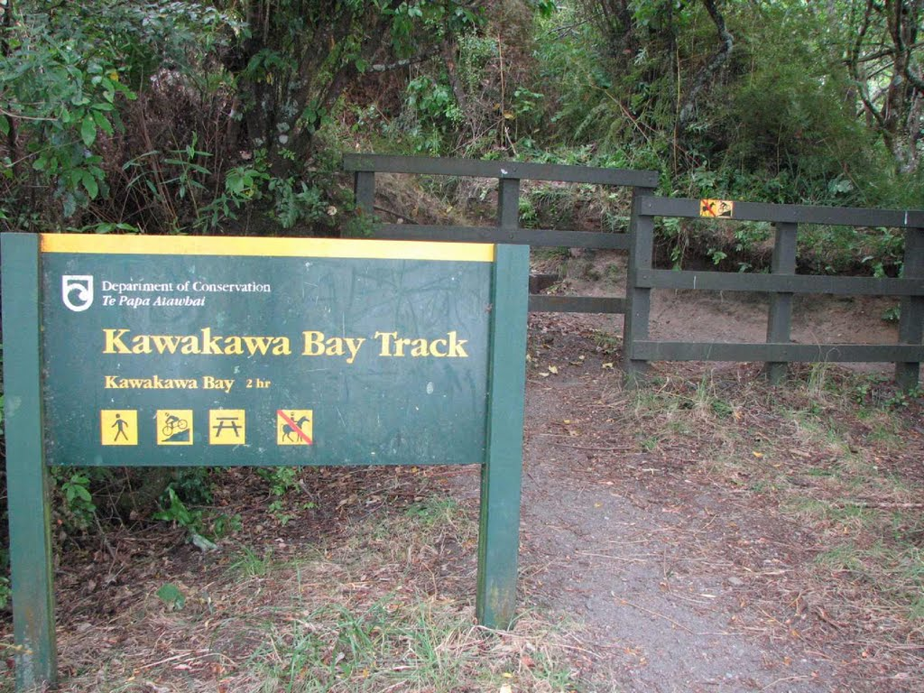 Start of Kawakawa Bay track